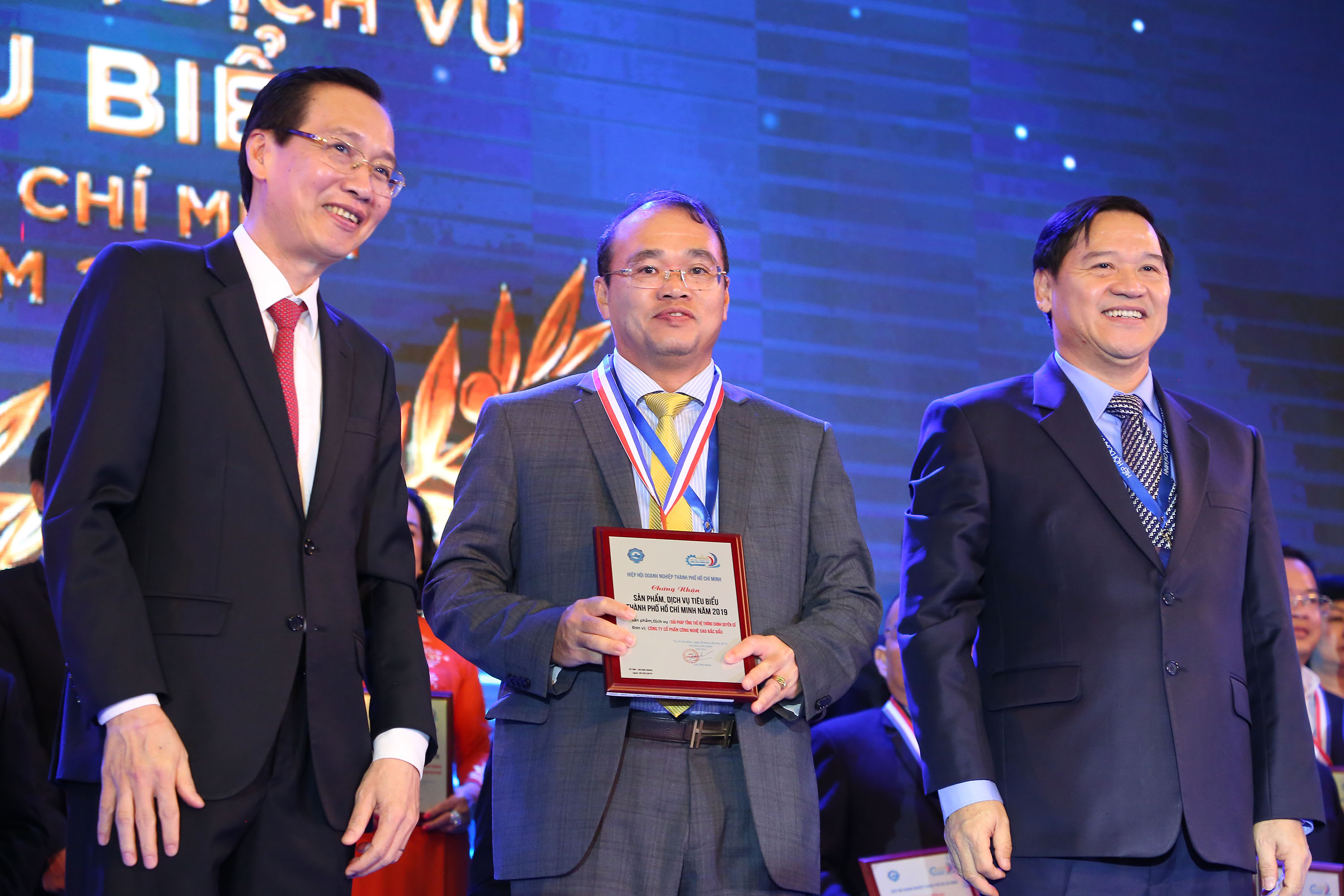 In the evening of October 22nd 2019, Vietnam Software & IT Services Association (VINASA) held a ceremony to award certificate of 50 + 10 Vietnamese Leading IT Enterprises, Sao Bac Dau continued to be one of the honored enterprises this time.   In order to